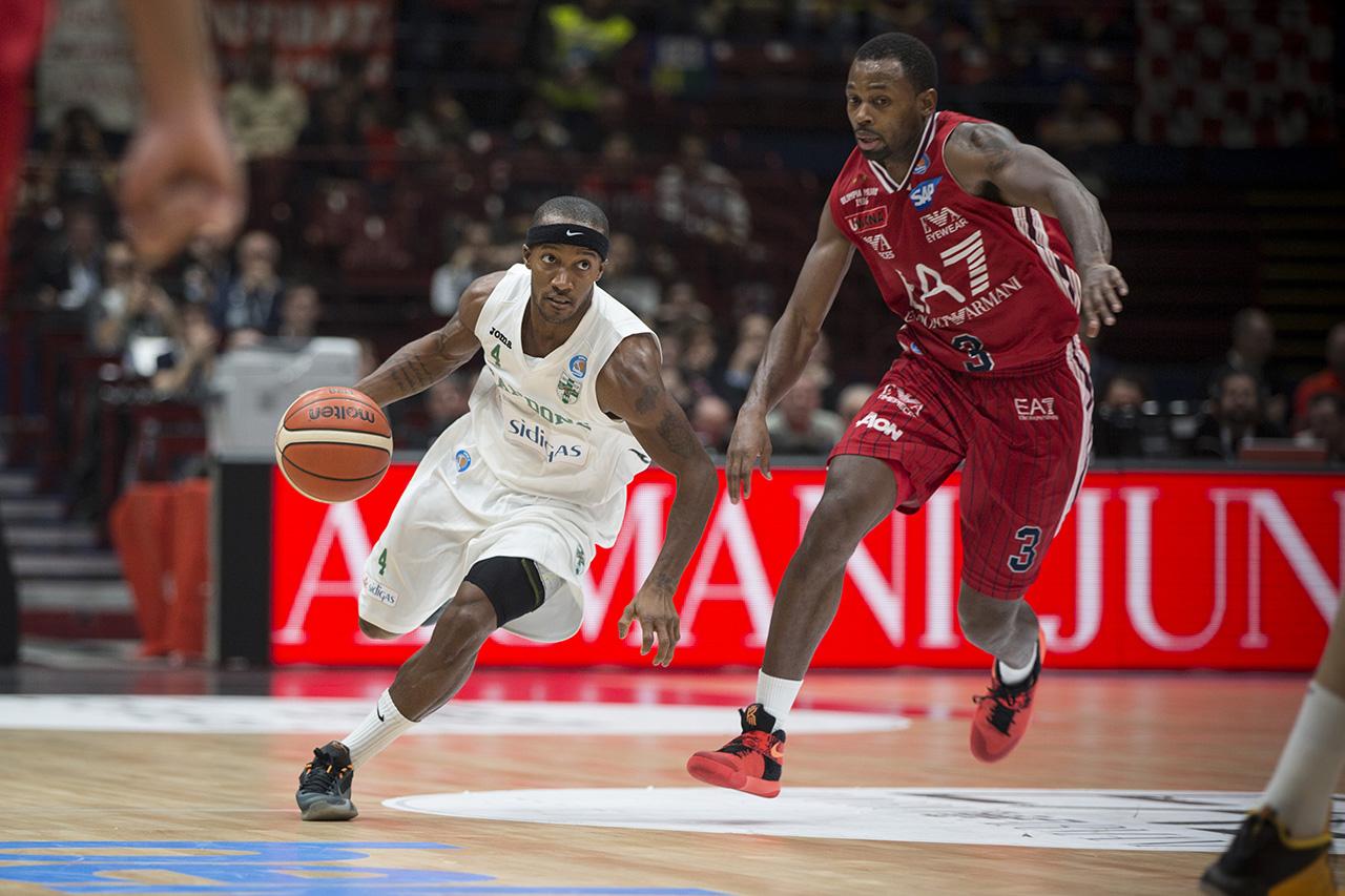Fotografia sportiva. Un momento della partita di basket EA7 Olimpia Milano-Avellino, stagione 2015-2016. Foto di Luca Finessi.