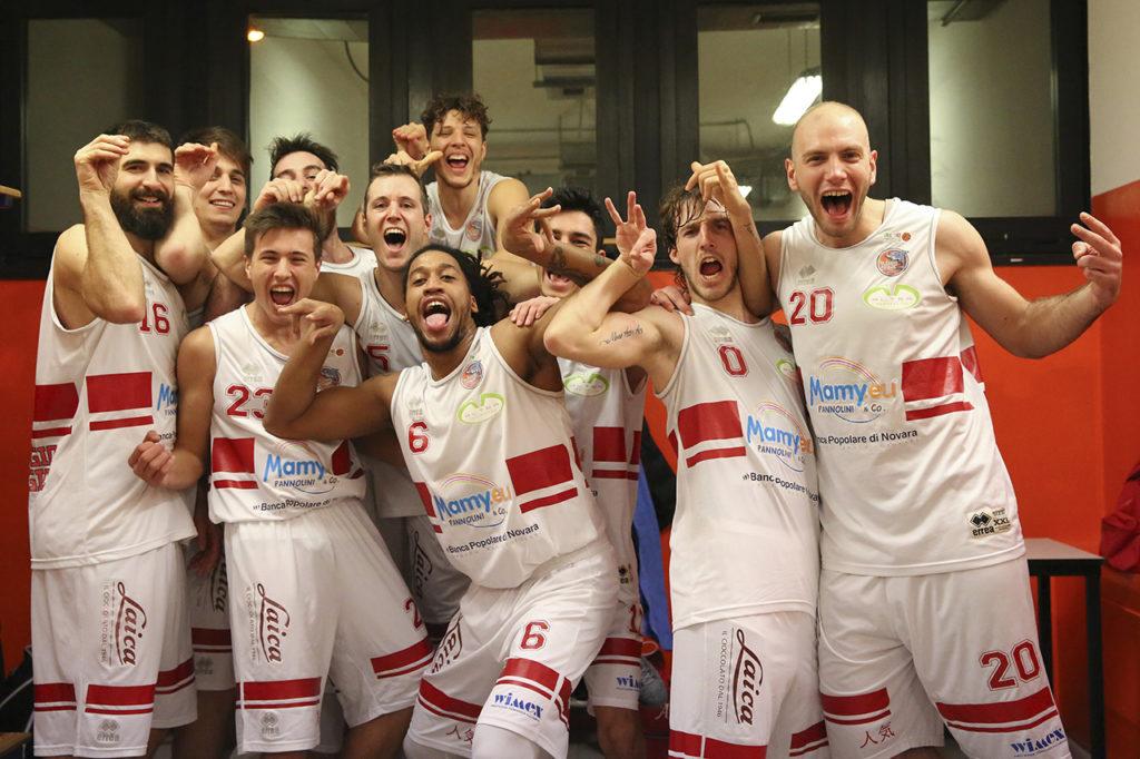 Fotografia sportiva. La squadra Mamy Oleggio Magic Basket. Foto di Luca Finessi.