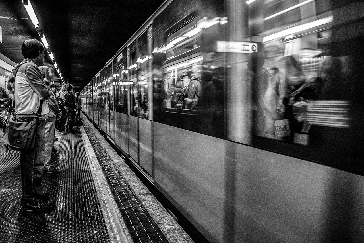 Fotografia in bianco e nero della metropolitana di Milano. Foto di Luca Finessi.