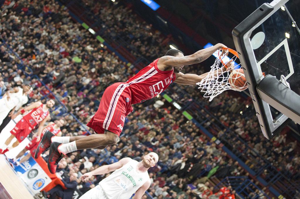 Fotografia sportiva. Giocatore di basket mentre fa canestro. Foto di Luca Finessi.