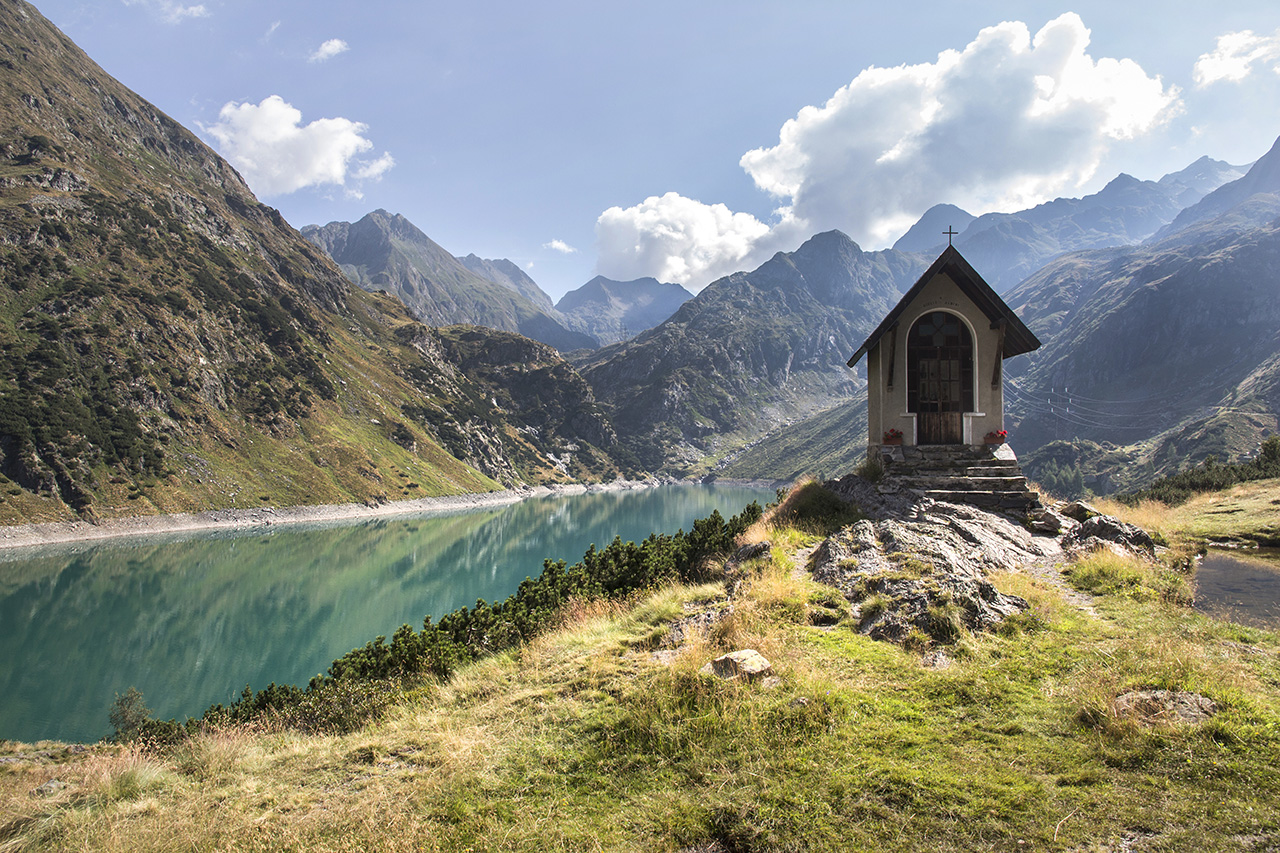 Cappella nei pressi del rifugio Curò, in Val Seriana. Foto di Luca Finessi.